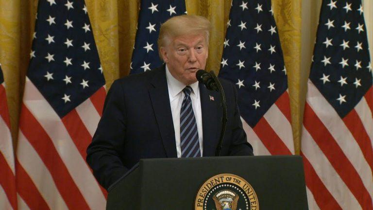 Trump vincula COVID-19 a laboratorio de China mientras crece debacle económica global | AFP